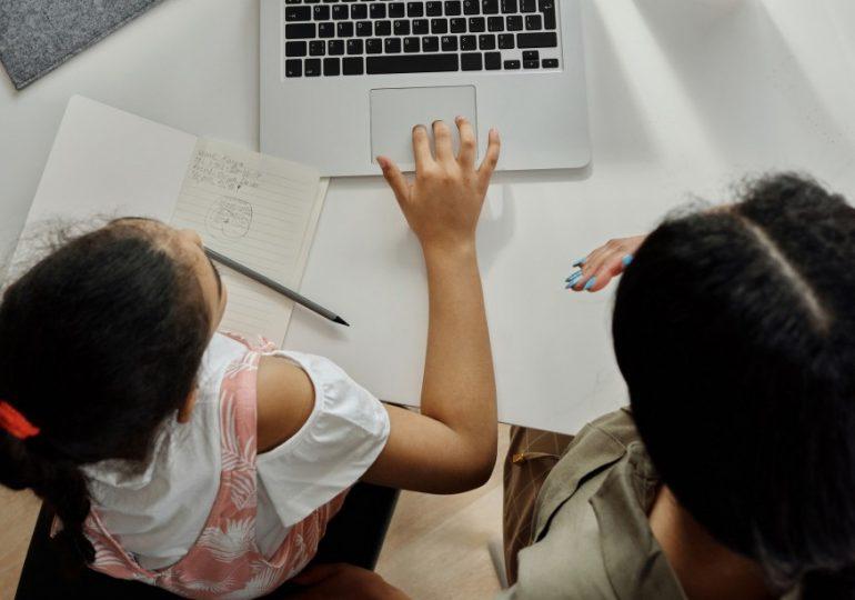 En Illinois, propuestas federales podrían dar a los padres de estudiantes/Illinois, federal proposals would give parents of virtual students