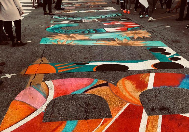 """17 ARTISTAS NEGROS Y MARRONES CONTRIBUYEN AL MURAL """"EN BERWYN, EL NEGRO VIVE LA MATERIA""""/17 BLACK AND BROWN ARTISTS CONTRIBUTE TO """"IN BERWYN, BLACK LIVES MATTER"""" MURAL"""