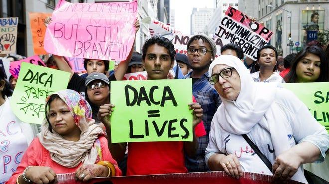 Biden ordena proteger a 'dreamers' y detener la construcción del muro con México/