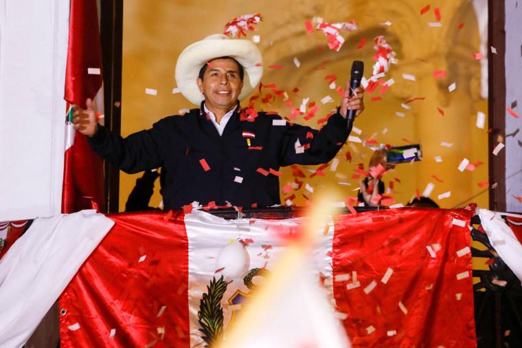 Pedro Castillo jura como presidente de Perú recalcando su objetivo de lograr una nueva Constitución