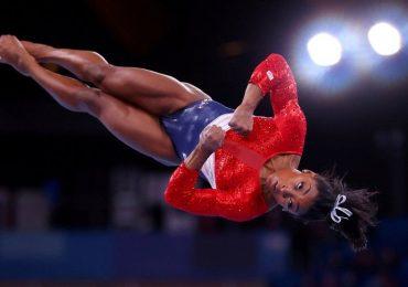 """Qué son los """"twisties"""" de los que habló Simone Biles  y cómo pueden poner en serios riesgos físicos a las gimnastas"""