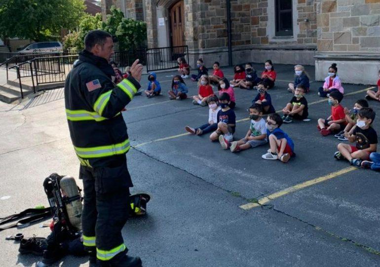 Estudiantes reciben instrucciones sobre seguridad contra incendios/Students receive instructions on fire safety