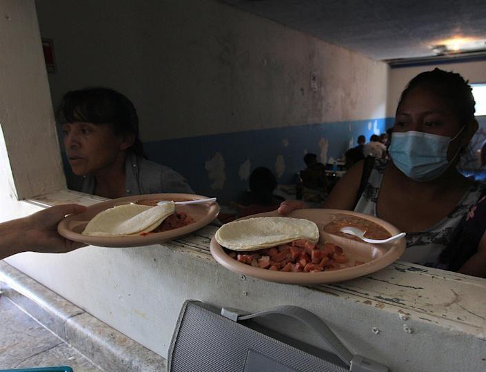 Migrantes enfermos de Covid hallan refugio en la frontera